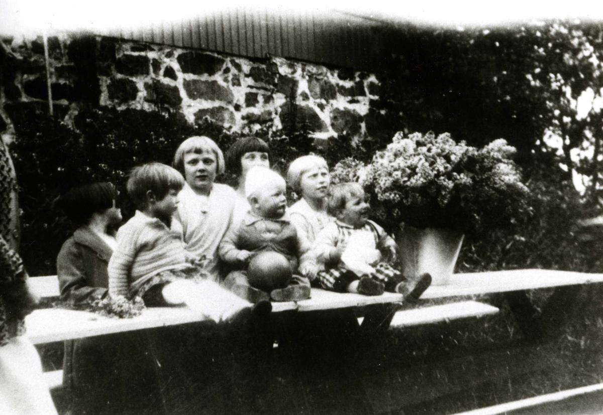 """Barneflokk foran """"Gamlehuset"""" på Oslo Godtemplarungdomslags feriehjem Kirkevik, Nesodden, ca. 1925"""