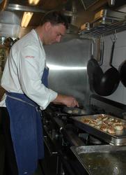 Serie bilder av tilberedning av mat til stort selskap i Rest