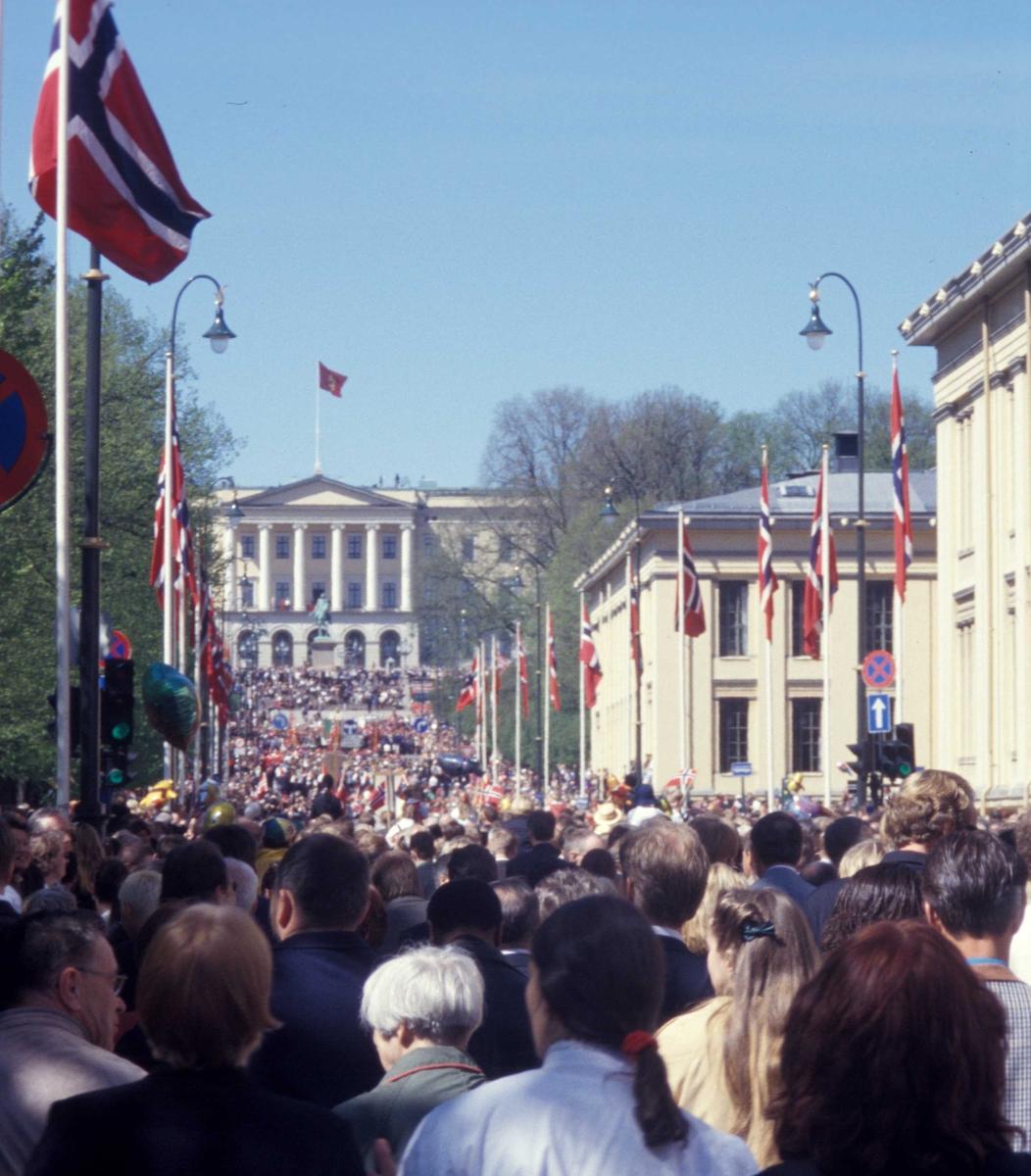 17.mai 1999, Karl Johansgate med Slottet i bakgrunnen.