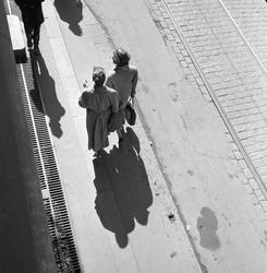 Folk i gata. Akersgata, Oslo 1956.