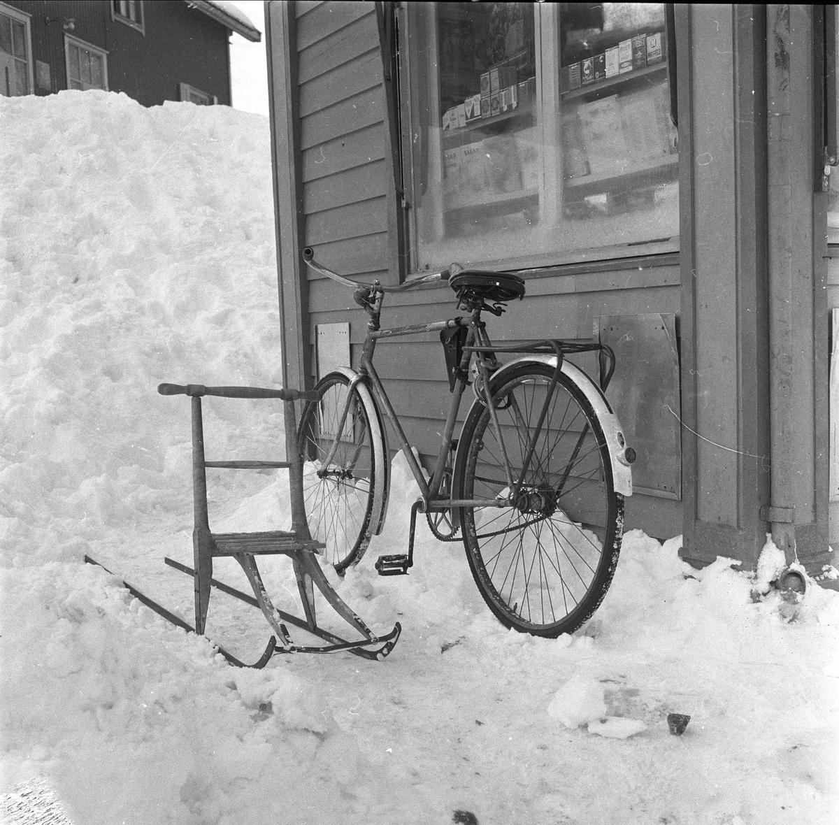 Bebyggelse, dagligliv, bydel Teisen, Oslo, januar1959. Sparkstøtting og sykkel.