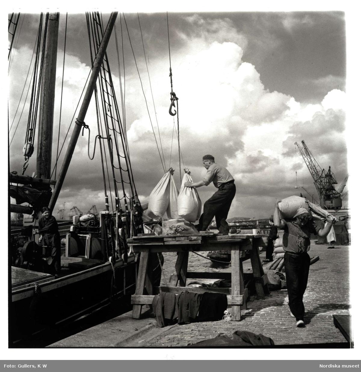 Avlastning från fartyg i Göteborgs hamn.