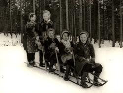 "Nomadskolan i Gällivare, Lappland. Sameflickor åker ""tåg"" me"