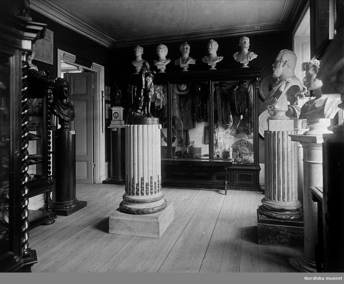 """Det så kallade """"kungarummet"""" i Skandinavisk-etnografiska samlingen på Drottninggatan 79, Stockholm."""