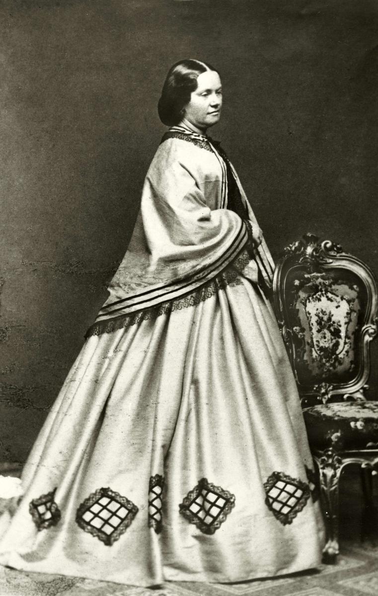 """Porträtt av friherrinnan Karin Sofie Adlersparre f. Leijonhufvud (""""Esselde""""), 1823-1895. Skriftställarinna. Skapare av """"Tidskrift för hemmet"""", Handarbetetets vänner och Fredrika Bremer-förbundet."""