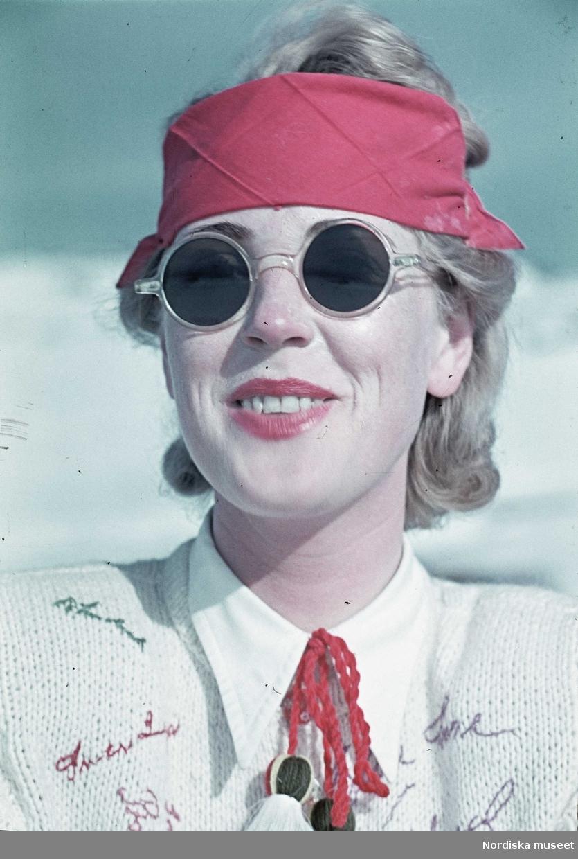 Skidåkning. Kvinna med solskydd och solglasögon.