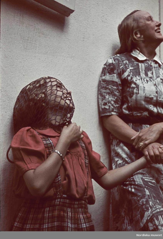 Flicka med nät över huvudet och en kvinna. Kvinnan troligen skådespelerskan Stina Lindstrand, Flickan troligen fotograf Gunnar Lundhs dotter Jytte.