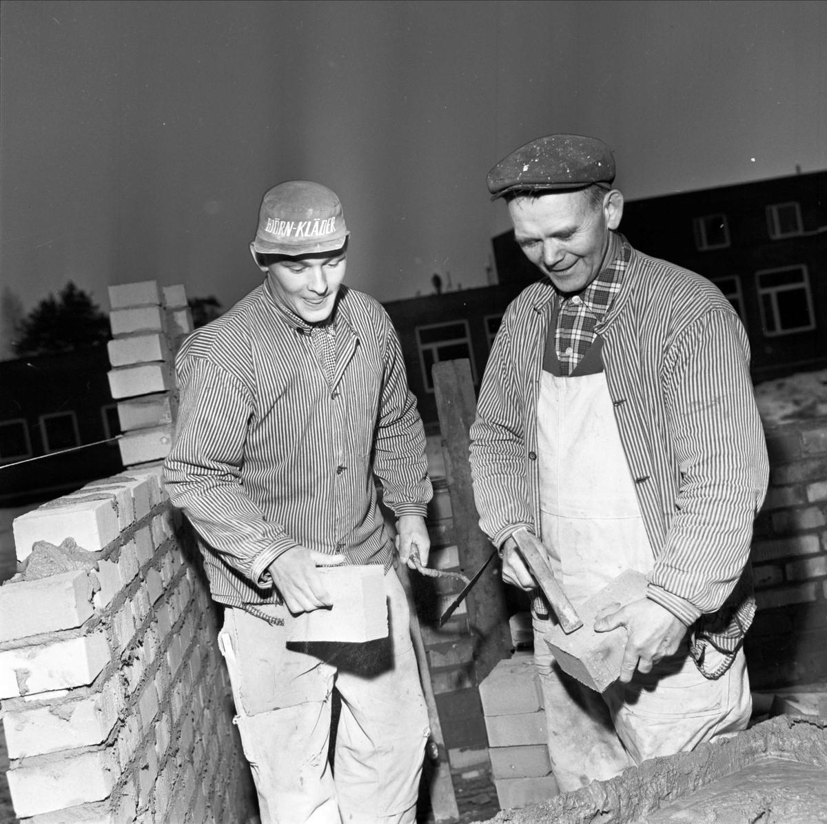 Murare bygger högstadieskola, Tierp, Uppland 1966
