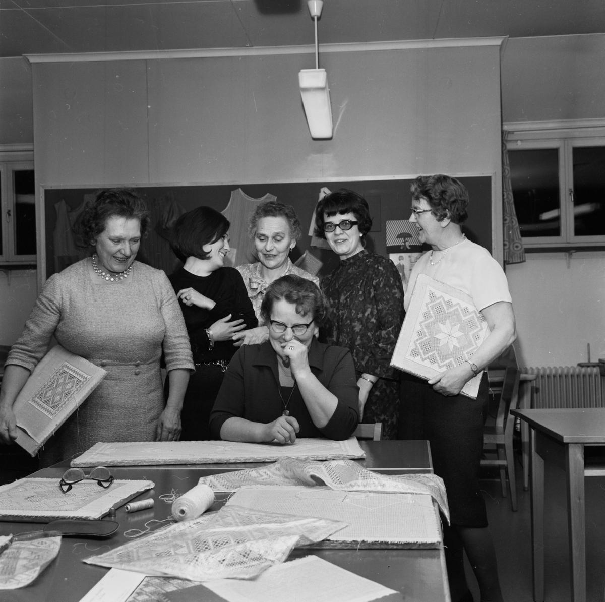 """""""Näversöm roligt hobbyarbete"""" - textillärare Ingela Olofsson med kursdeltagare i ABF:s studiecirkel, Tierp, Uppland mars 1968"""