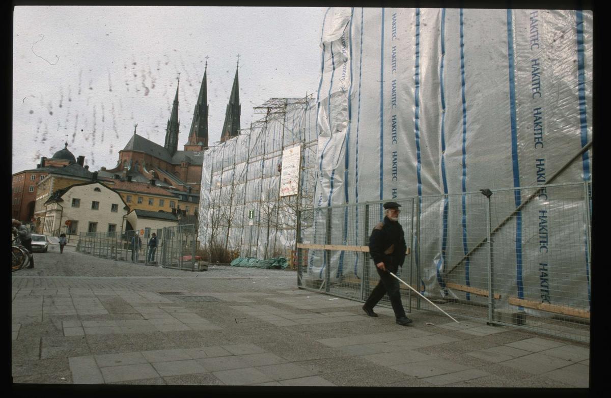 Theatrum Oeconomicum och Centralbadet inplastade, kvarteret Torget, Gamla torget, Uppsala 1991