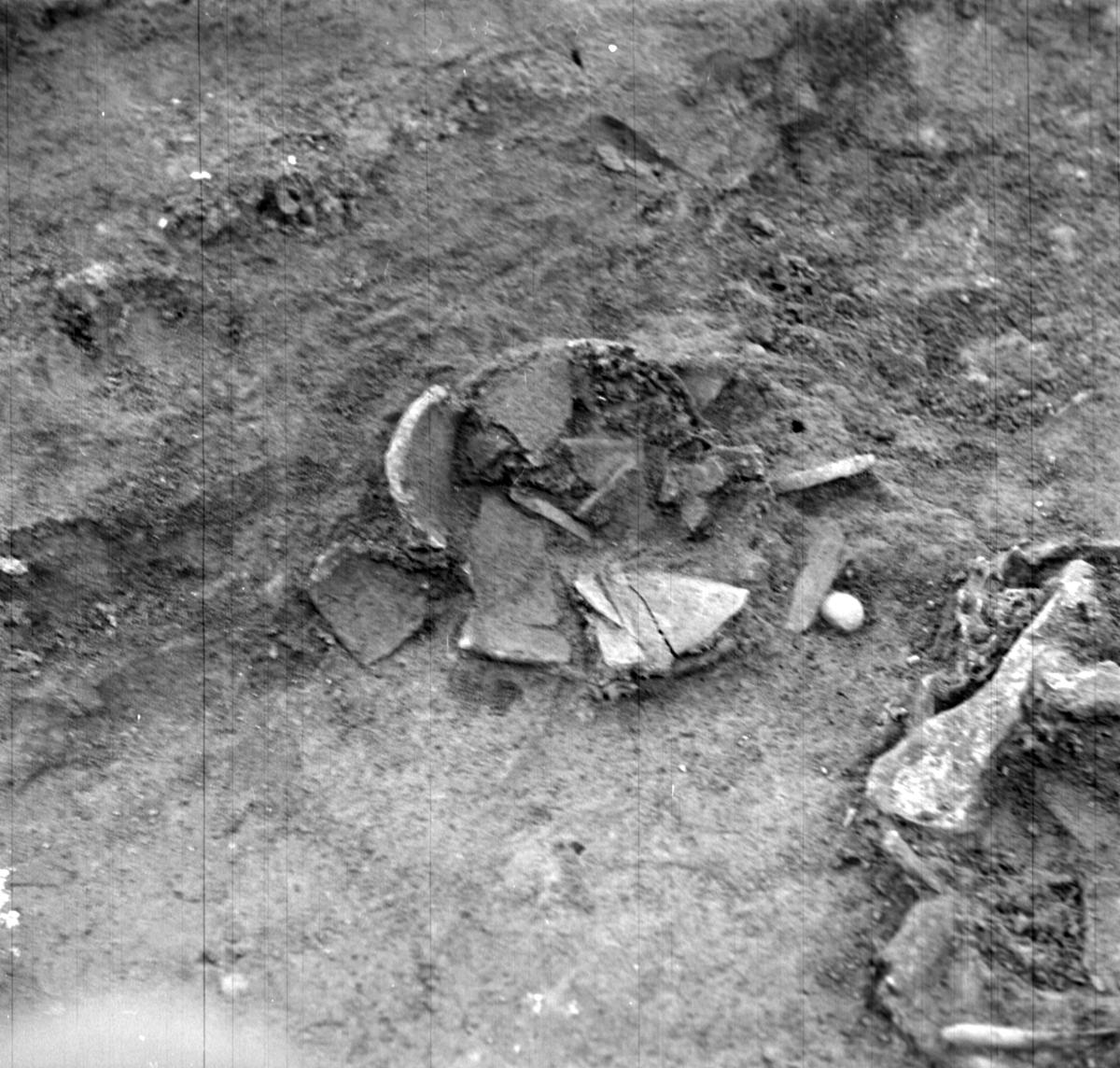 Prästgården, lerkärl grav 1 - Arkeologi Gamla Uppsala 1973