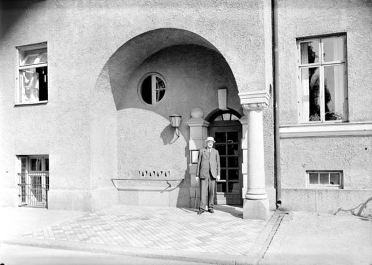 Man utanför Samariterhemmet, Uppsala 1942