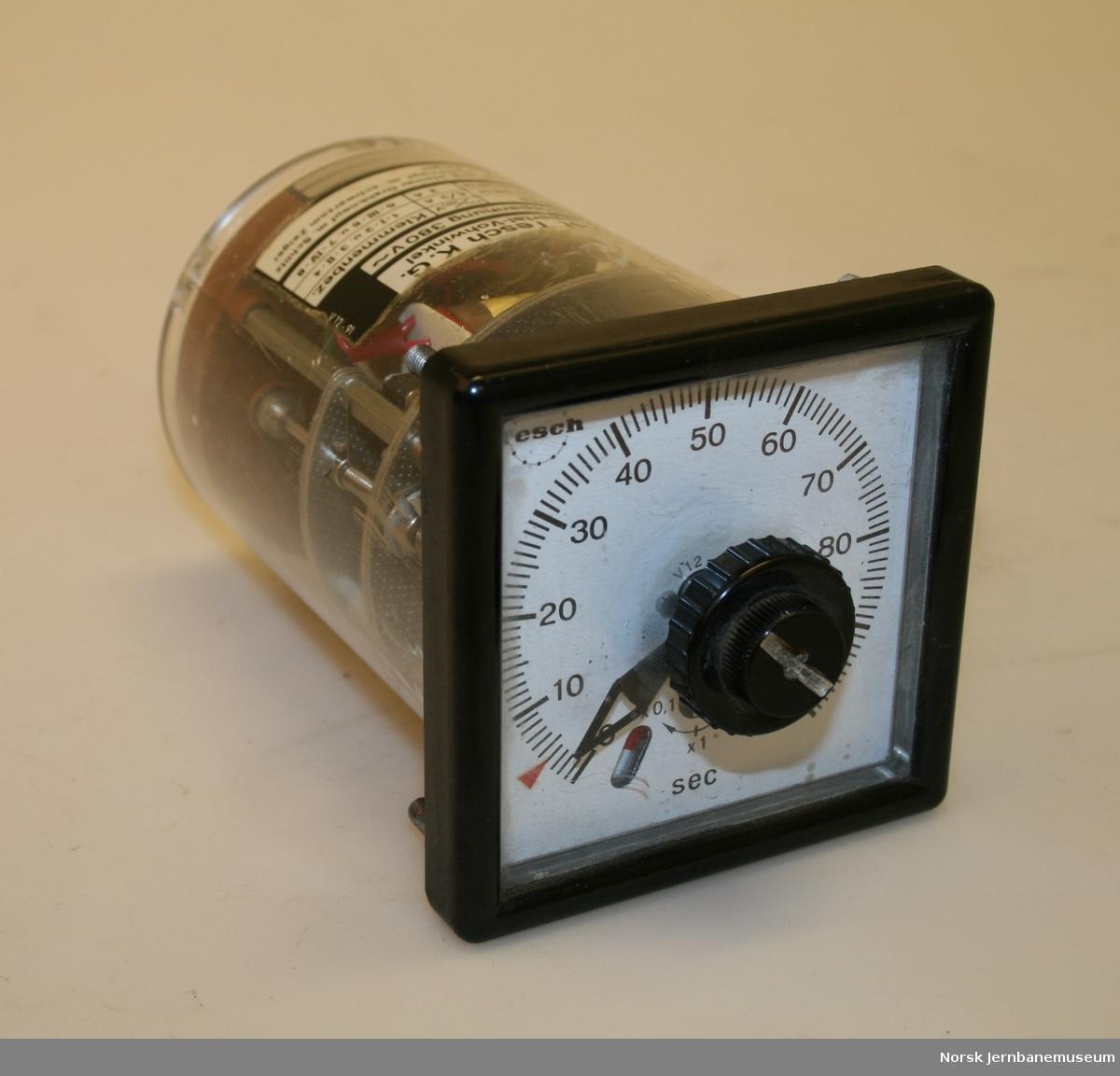 Mekanisk tidsrelè. Stillbar skala fra 0 -100 sekunder, med velger for skala x 0,1, x 1 og x 10.