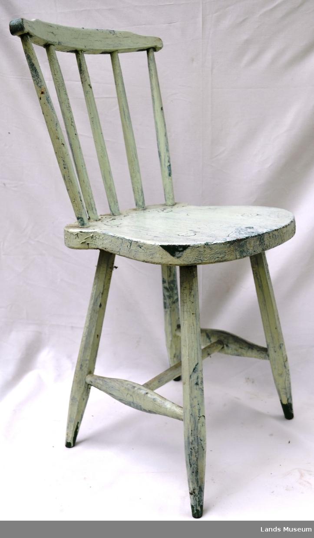 Svunget sete, fem spiler vertikalt i rygg. Grovarbeid, ben firsterket med ein H-formet sprosse. Bena er tappet inn i setet. Fleire lag med maling, under den lysegrønne finn ein både gressgrønt og brunt.