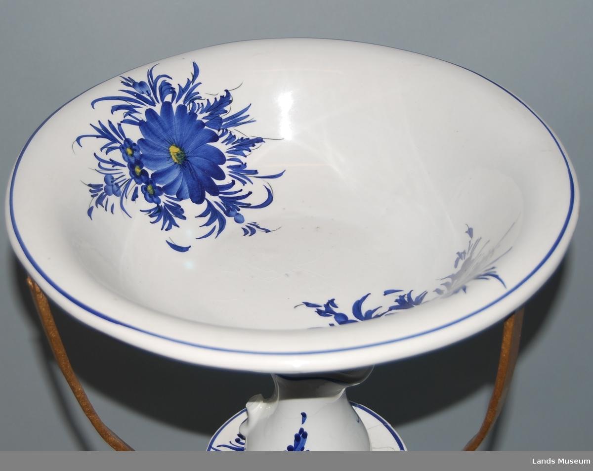 Personlig vaskesett bestående av stativ, fat, liten skål og stor og liten mugge.