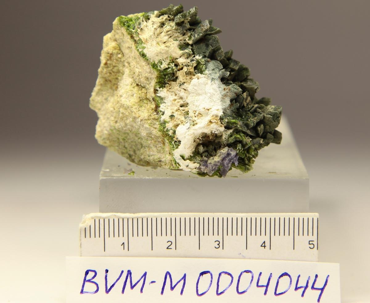 Epidot og blåfiolett fluoritt + palygorskitt.