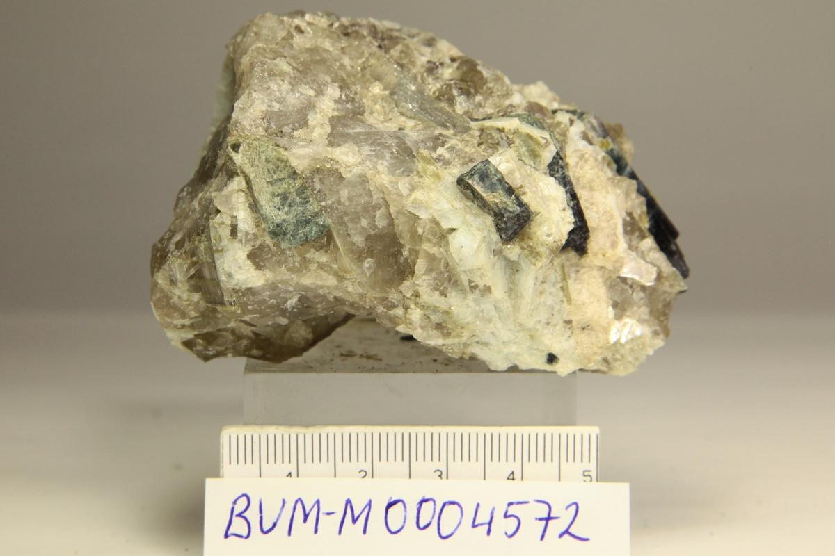 Fluor-elbaitt (indicolitt) xls, kvarts, feltspat, glimmer