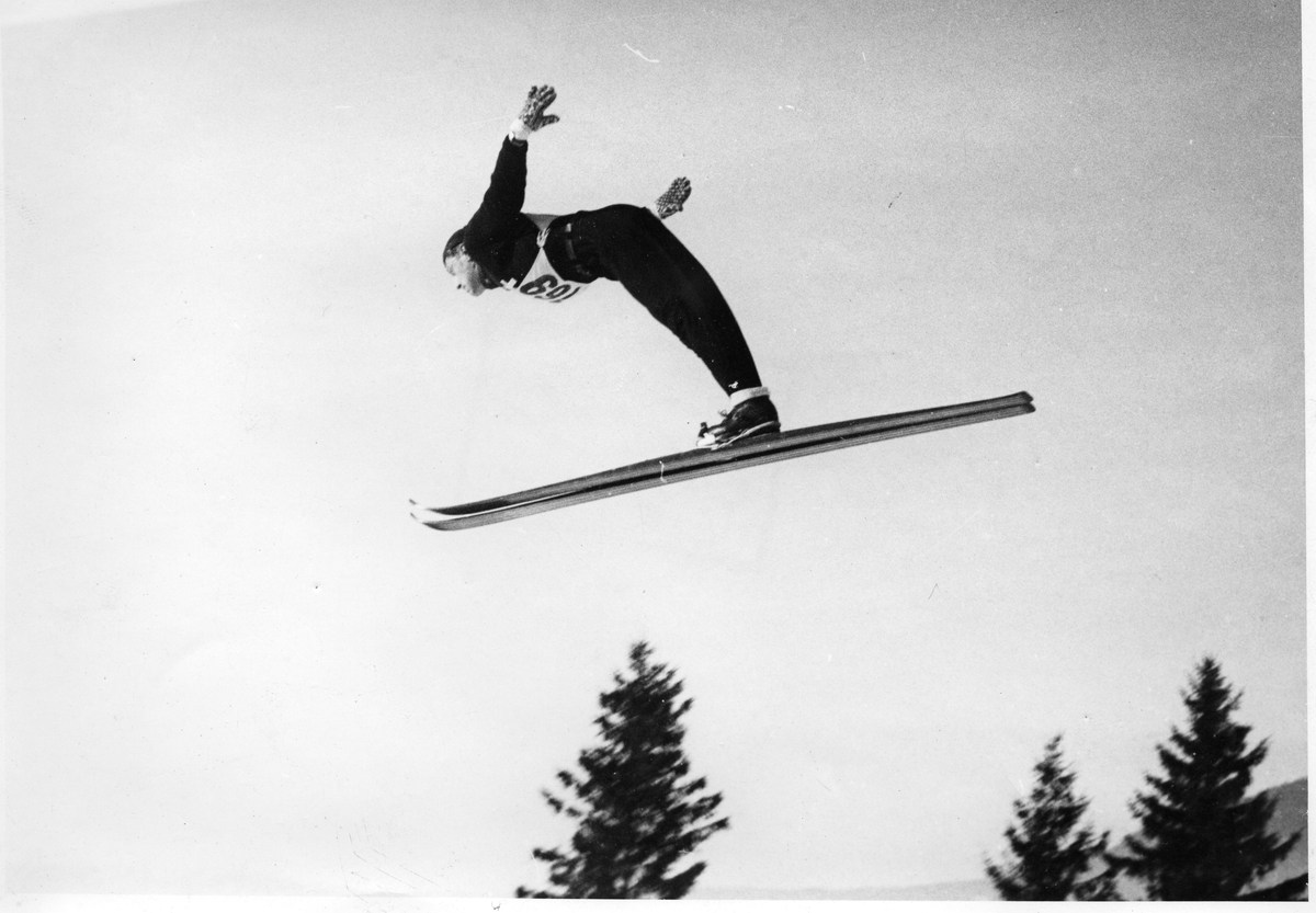 Petter Hugsted hopper i Holmenkollen i 1950. Petter Hugsted jumps at the Holmenkollen jumping hill in 1950.