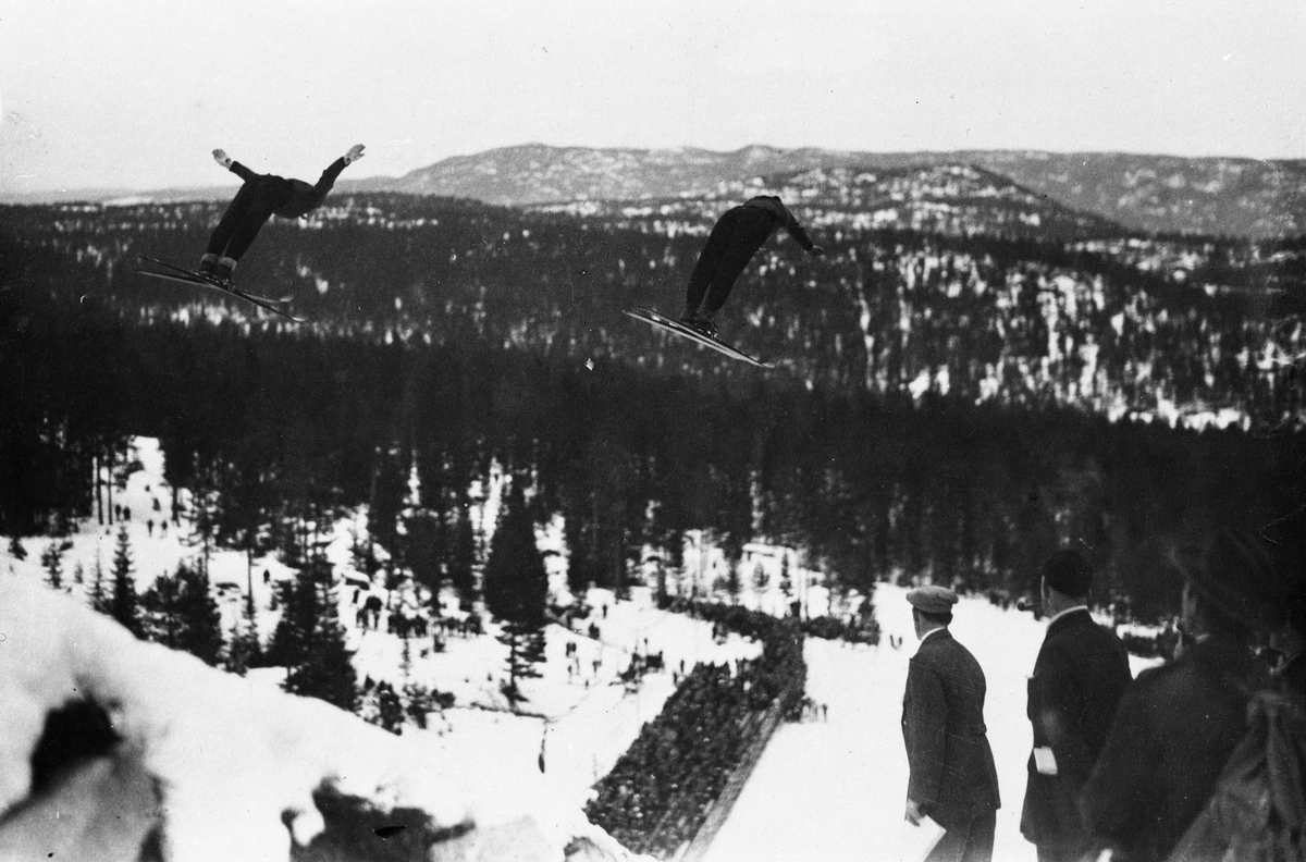 A double jump by Birger and Sigmund Ruud at the Hannibal jumping hill during the National Championship in 1929.