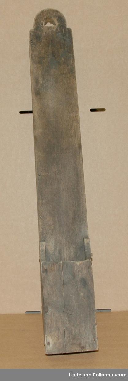 Trefjøl med hull i en ende (til opphenging). I andre enden er laget en beholder uten lokk