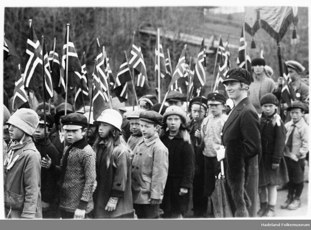 17. mai tog Fagerlund skole. Barn med flagg og lærerinne Ingrid Granerud