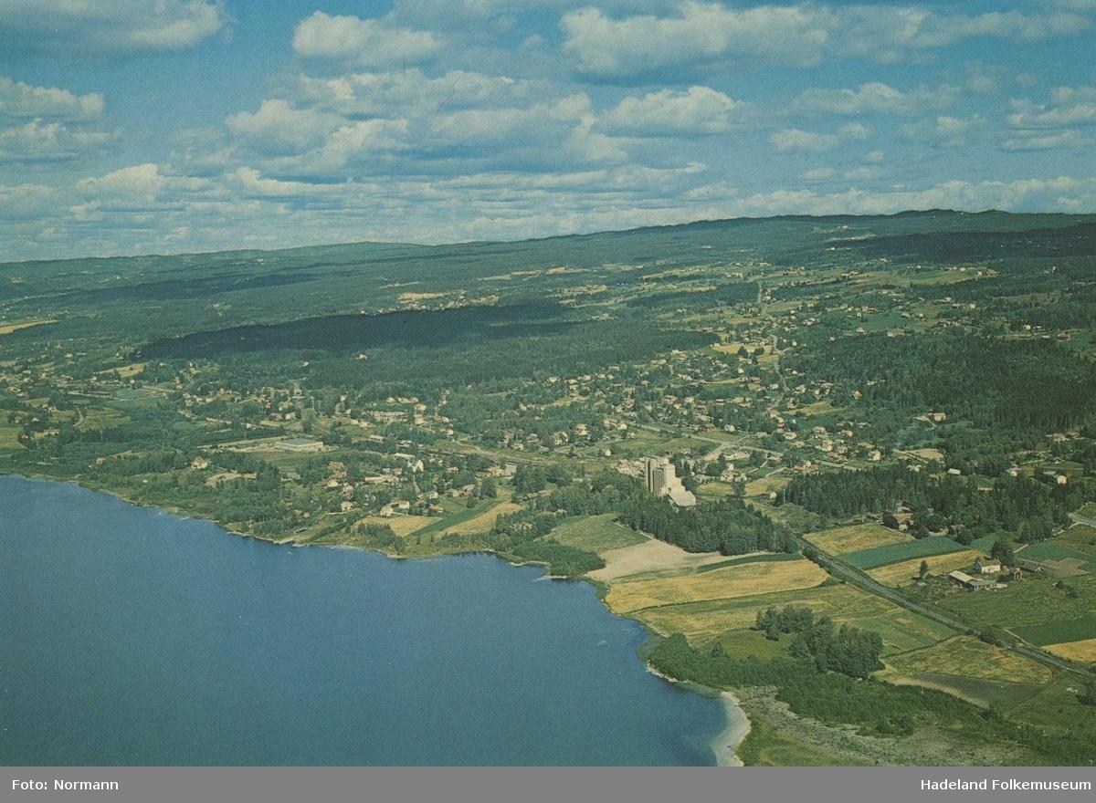 Jaren fra sør, med Jarenvannet til venstre og Kornsiloen midt i bildet