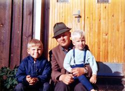 Onkel og nevøer på trappa i sola på Rugåbrotet på Sveindal, Grindheim.