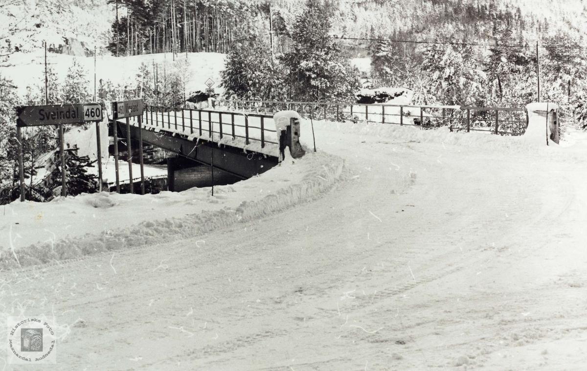 Her ved Valandsbroa gikk den gamle grensa mellom Konsmo og Grindheim.