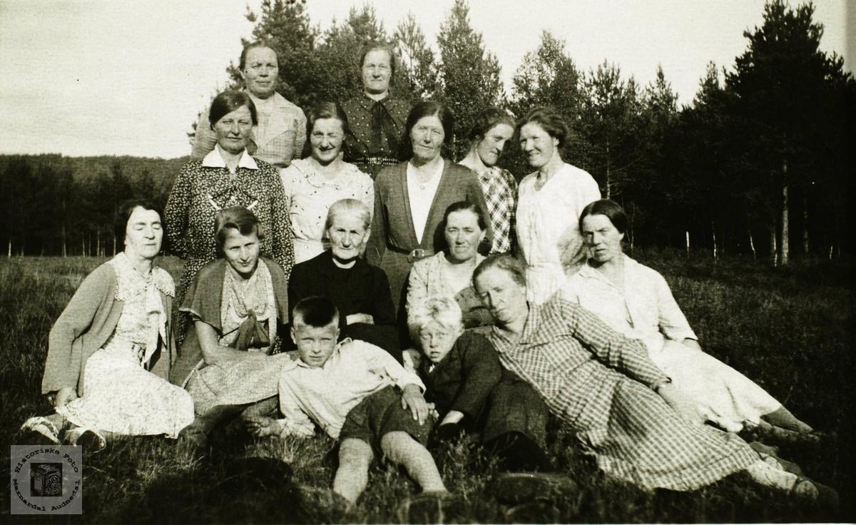 Slekt og venner samlet på Smedsland, Grindheim.