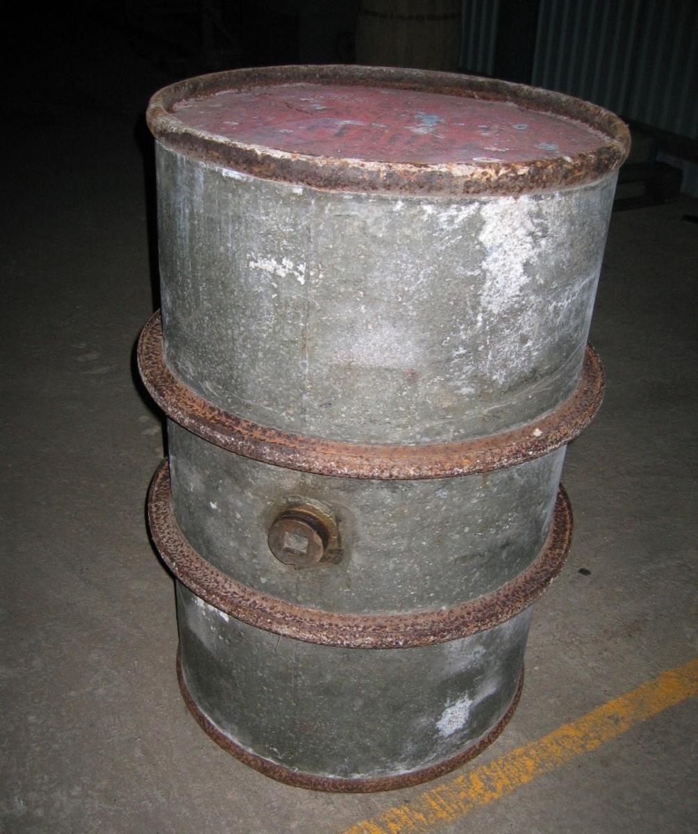 Lanntønne montert på skjærer med kjerrehjul under. Prod. Underhaug Nærbø. Hjul til lanntønna har samme nr