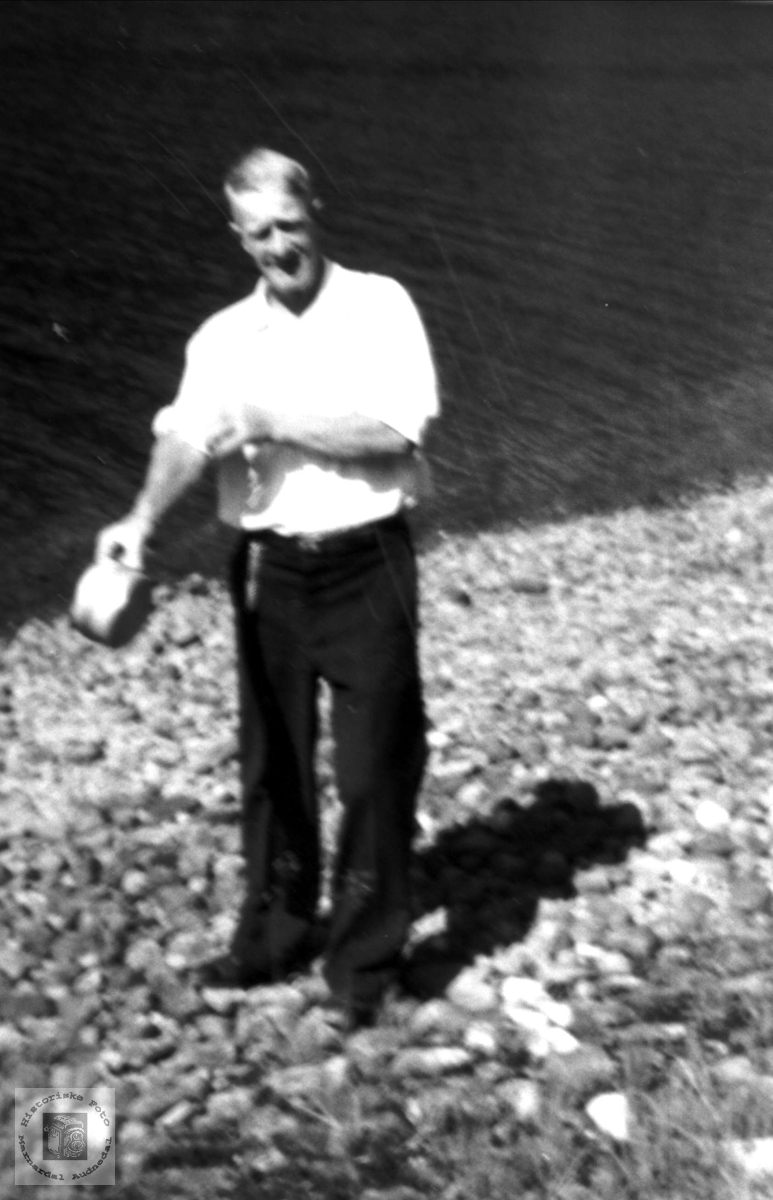 Magnus Homme på fiske med boks, Bjelland.