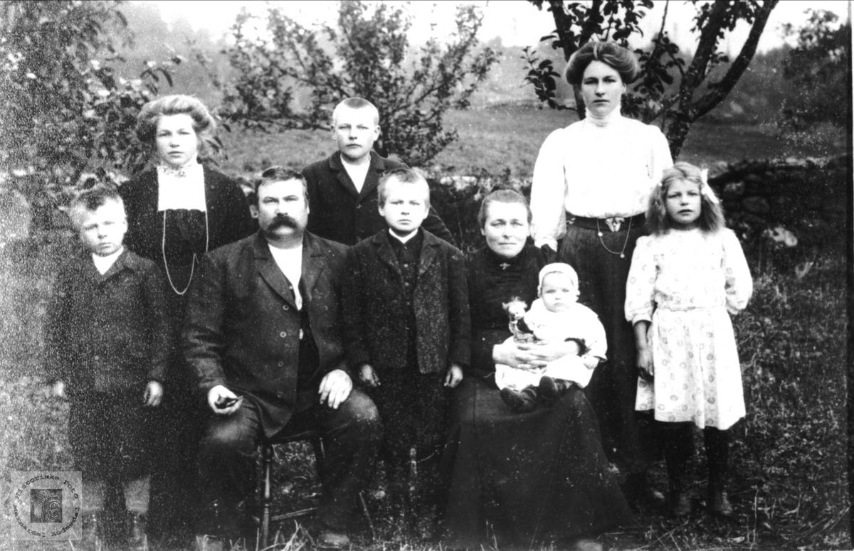 Portrett av Svend og Randi Foss med barn, Bjelland.