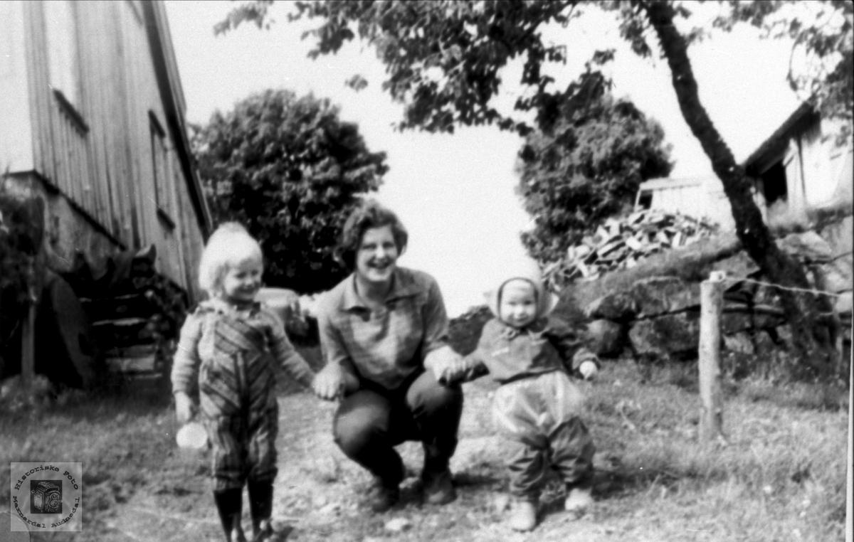 Barnepike med barna på Haraldstad, Bjelland.