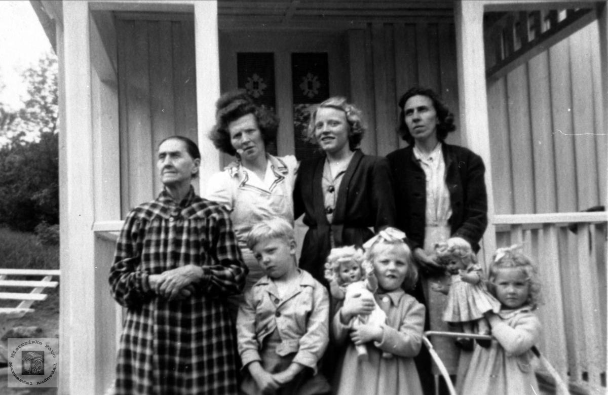 Portrett av kvinner og barn. Fjellestad, Laudal.
