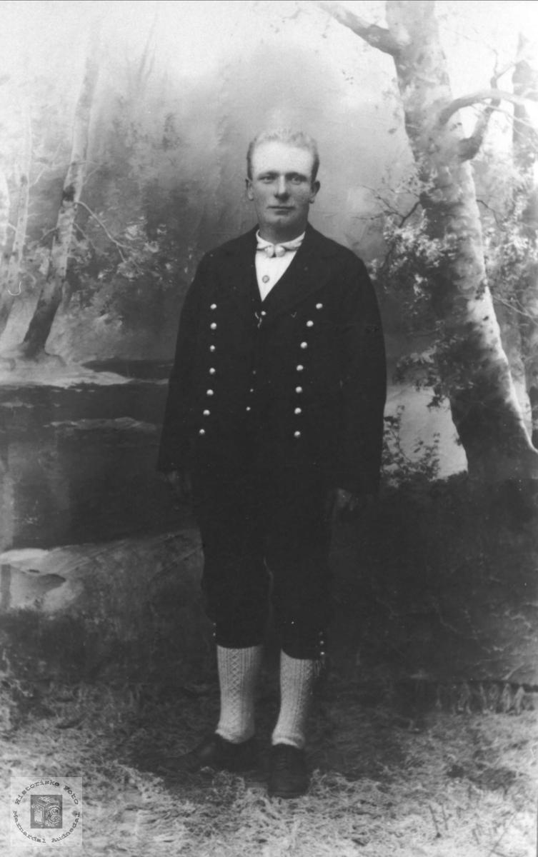 Portrett av Knut Skogen i bunad, Øyslebø.