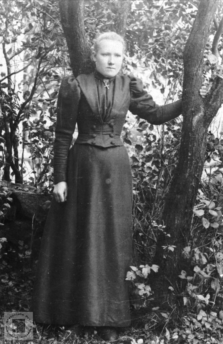 Fotografi fra fotografen Gunnar Heddeland:  Maren Kristine Larsdtr. Birkeland (1877-1896) fra Skjævesland, Øyslebø.