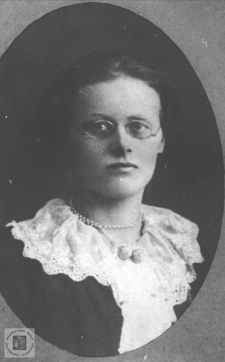 Portrett av Gudrun Valand, gift Grimestad, Øyslebø.