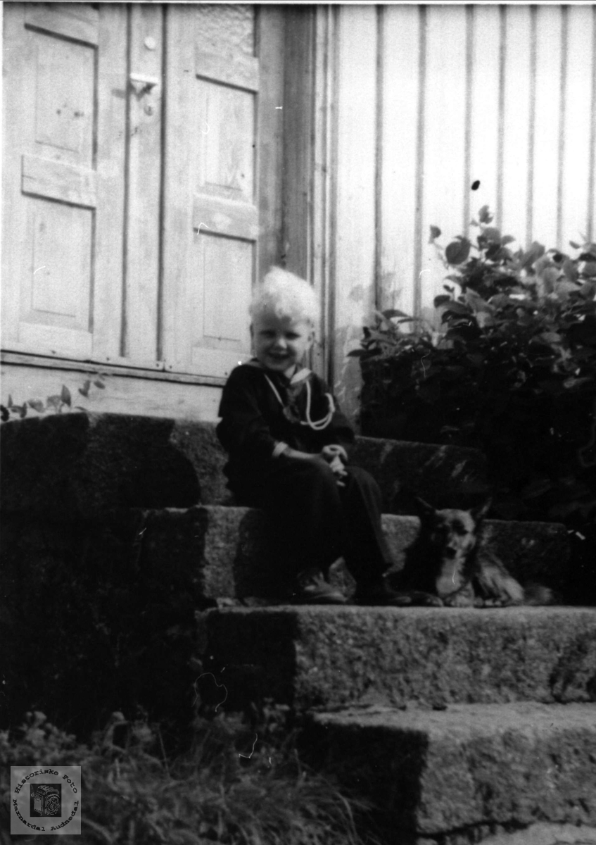 Barneportrett av Jarl Manneråk, Øyslebø.