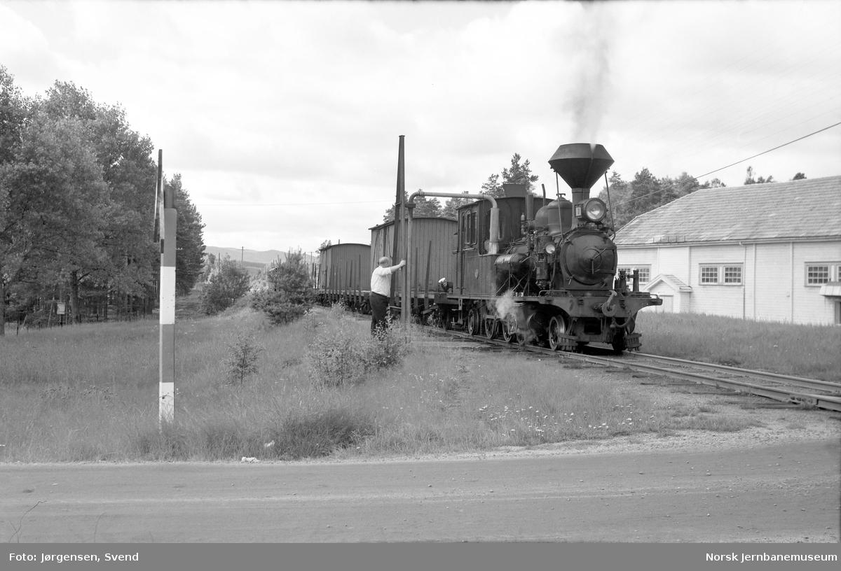 Damplokomotiv nr.2 i godstog 5661 tar vann på Evje stasjon
