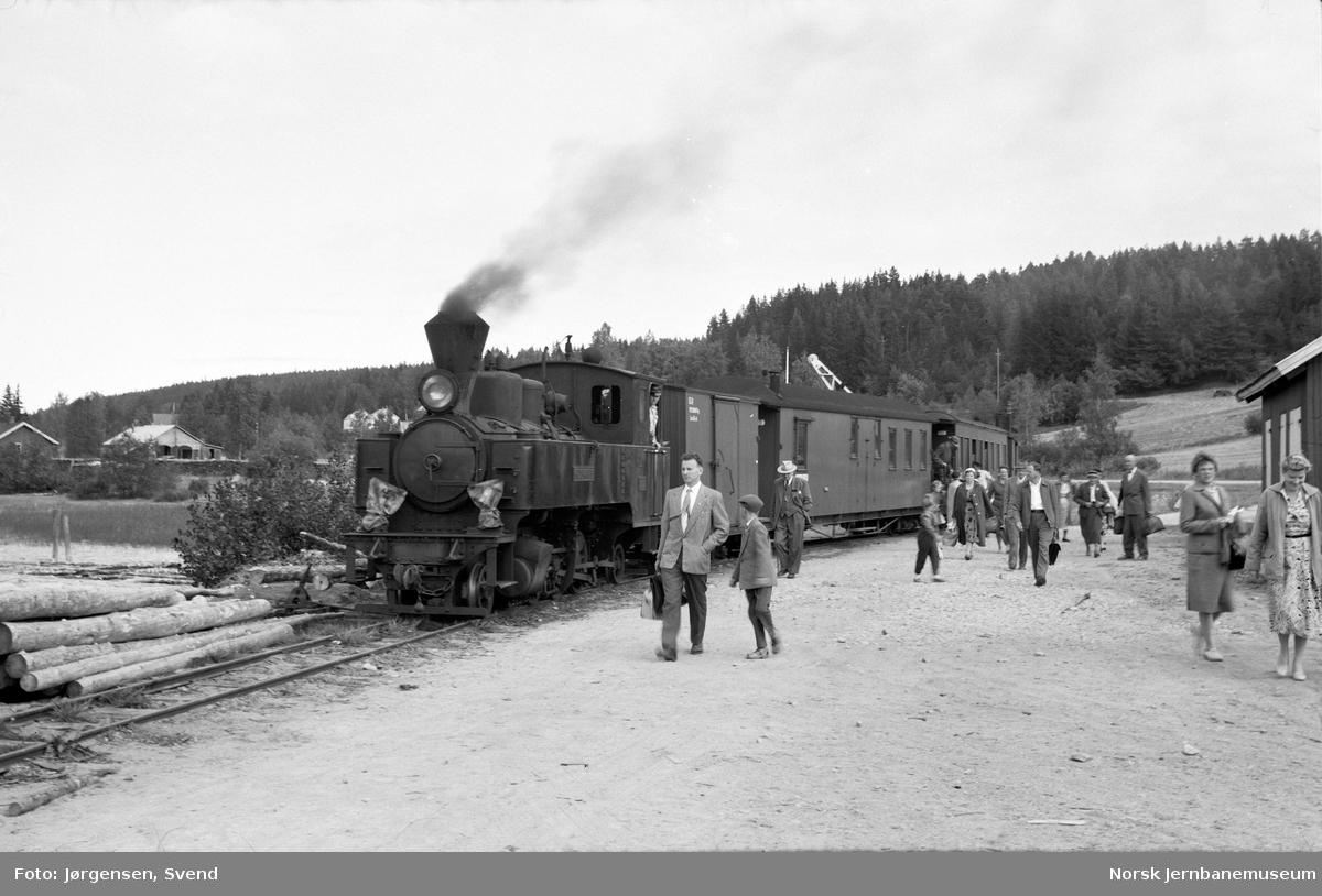 """Persontoget, trukket av damplokomotiv nr. 4 """"Setskogen"""", har ankommet Skulerud stasjon, hvor de reisende skal videre med D/S Turisten"""