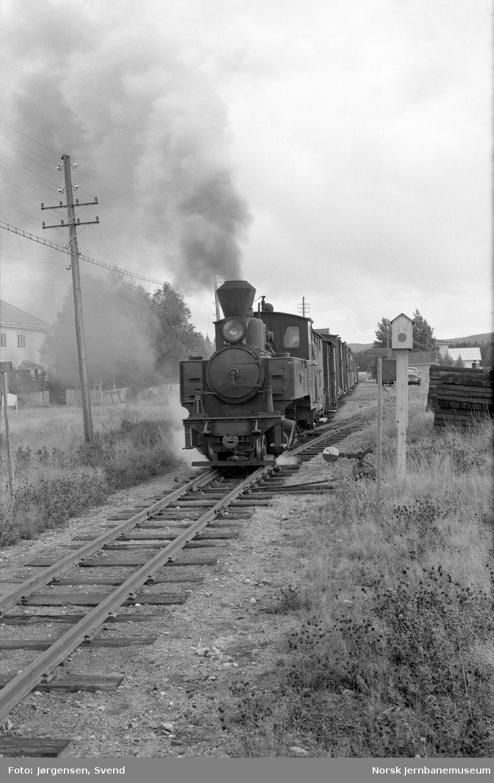 """Damplokomotiv nr. 4 """"Setskogen"""" med tog i retning Sørumsand på Mork stasjon"""
