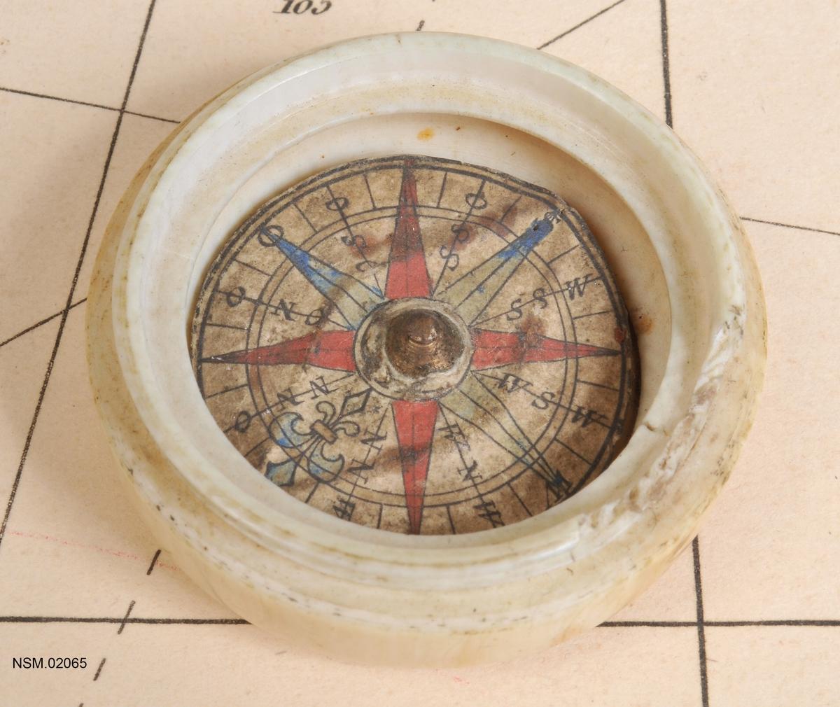 Miniatyrkompass i elfenbenseske (lite kompass  i eske med skrulokk).