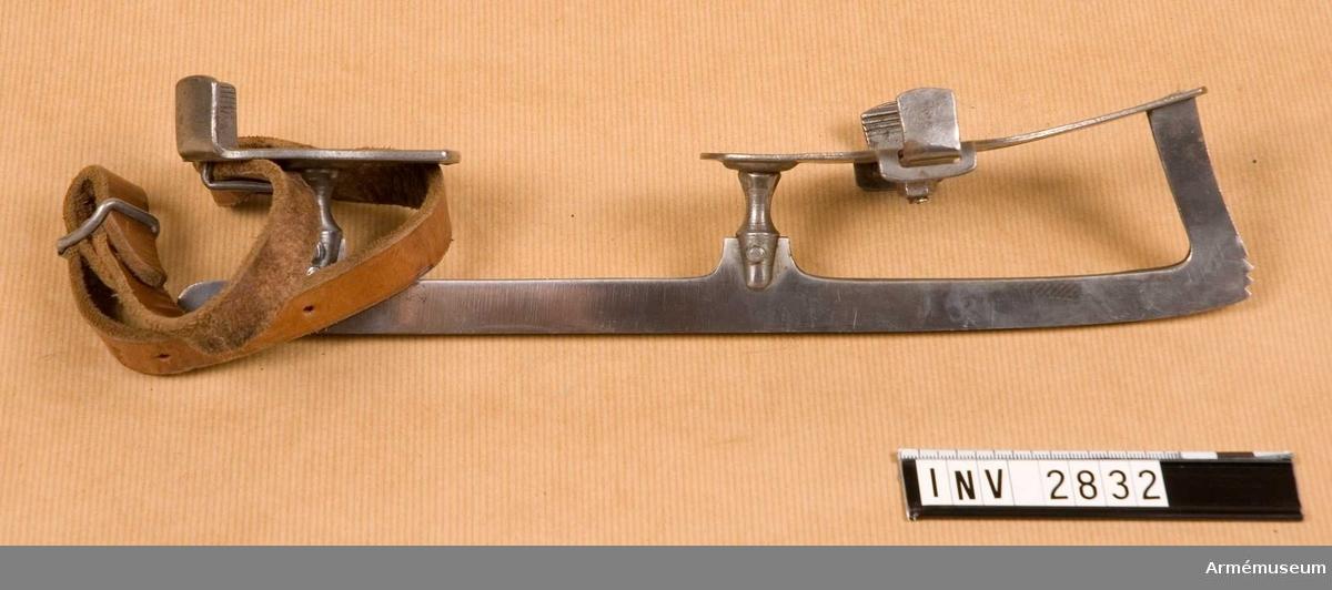 Denna typ av skridsko fastsättes vid kängan med vristrem av läder som sitter fästad vid skridskons bakre del. Under främre delen finns en skruvmutter med vars hjälp man kan få den vidd man behöver för att skruva fast skridskon vid skons sula. Märkt i botten. Skridskorna går att slipa.  Samhörande nr är 2830-2835, 2541 (2832-2833).