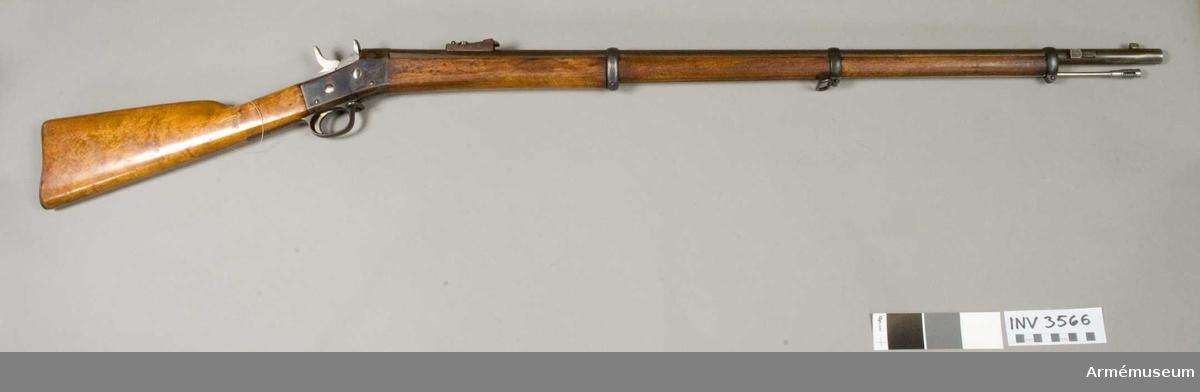 Pipan märkt med en krona och C. (A.V. J.S.) Carl Gustaf stad Gevärsfaktori. Bakplåt av järn. Låset tillverkat i Remingtonfabriken.