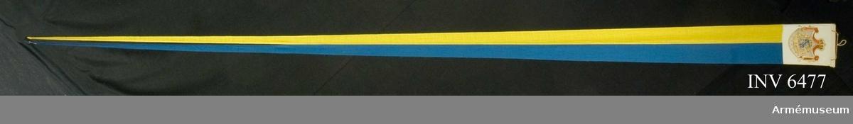 Ett blått och ett gult fält på längden, avsmalnande i två tungor. De blå fältet föres närmast knoppen. Ytterst vid den monterade käppen är det stora riksvapnet målat på båda sidor av vit duk, 300 x 270 mm. Föres på masttopp över kunglig flagga med stora riksvapnet å fartyg 1) då konungen är ombord, 2) då drottningen är ombord, såvida icke konungen befinner sig ombord på annat fartyg i närheten.  Samhörande nr är AM.6474-6479