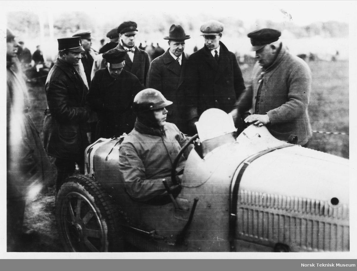 John Erik Isberg bak rattet m/hjelm, før race? Menn rundt