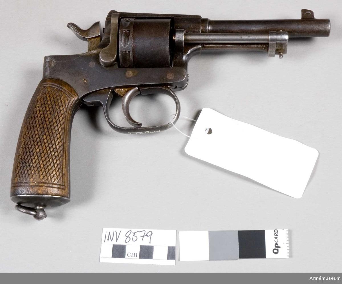 Rast&Gasser.Hel längd 225 mm. Pipans längd 116 mm. Tillverkningsnr 185188. Handgrepp av trä. Trumma för åtta patroner. Märkt ML Patent Rast&Gasser Wien.
