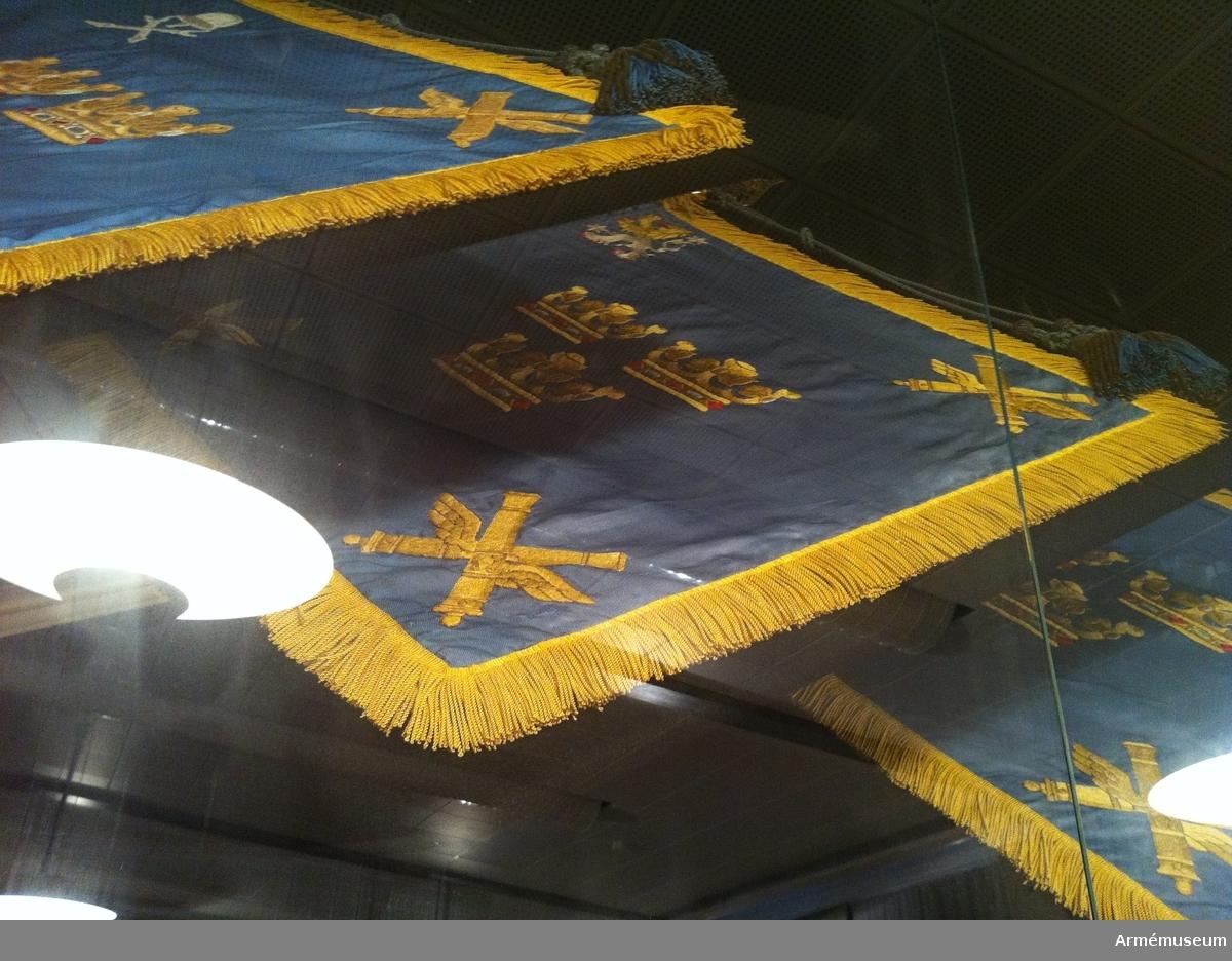 Standarduken är ljusblå, i mitten visande tre gula öppna kronor ordnade två och en, i de båda yttre hörnen och i det nedre inre hörnet två korslagda vingade kanoner samt i det övre hörnet lejonet i landskapet Västergötlands vapen, ginstyckat av gult och vitt och åtföljt av två ginbalksvis ställda vita stjärnor.  Standaret har gul silkefrans. Märkt på doppskon Kungl. Karlsborgs luftvärnsregemente. På silverplatta fäst en bit upp på den nedre delen av stången står Kungl. Karlsborgs luftvärnsregementes standar.