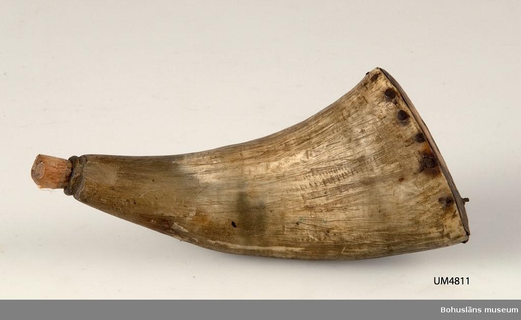Ur handskrivna katalogen 1957-1958: Kruthorn av horn Br. 6. Föremålet helt.  Lappkatalog: 55