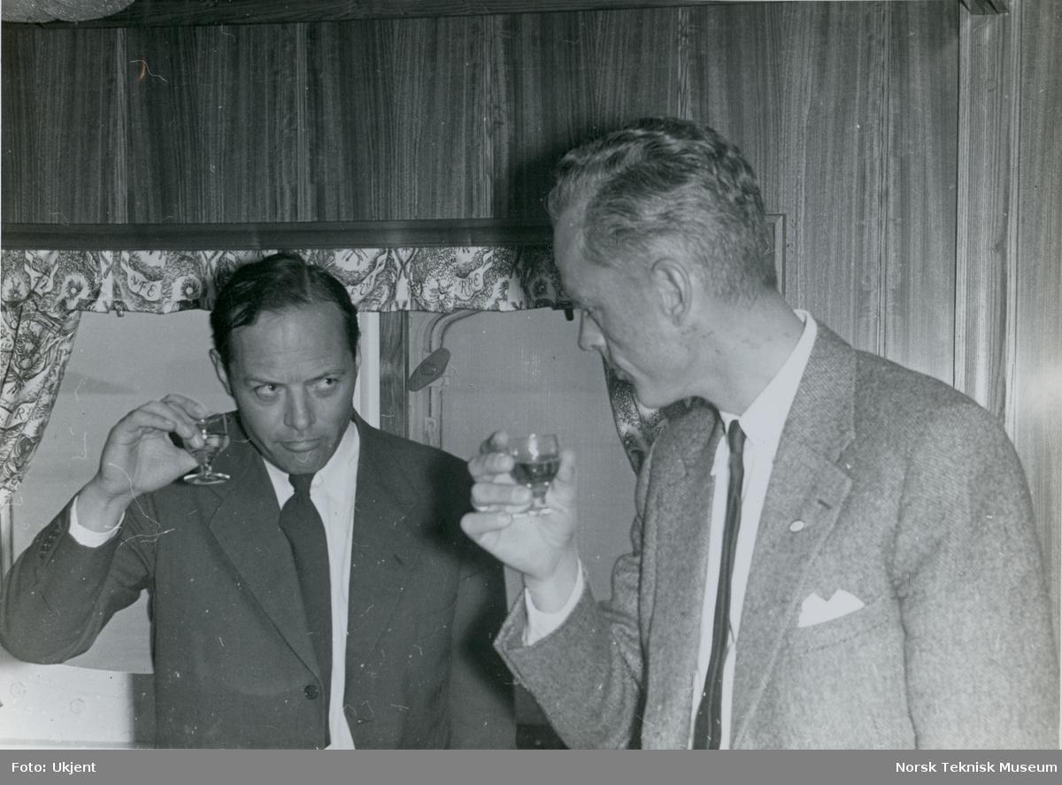 Direktør Martin Siem og en annen mann under prøvetur med tankeren M/S Vivi, B/N 511 i Oslofjorden. Skipet ble levert av Akers Mek. Verksted i 1957 til Halfdan Ditlev-Simonsen & Co.